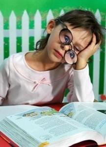 9школьница в очках за книгой