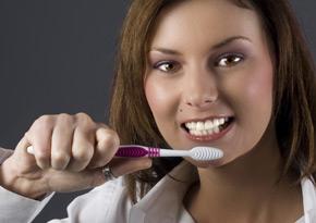 10дев.чистит зубы